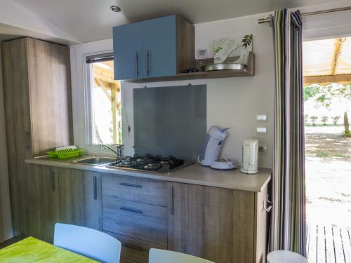cuisine mh altair bord riviere camping la blaquiere gorges du tarn