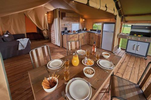lodge kenya camping la blaquiere interieur