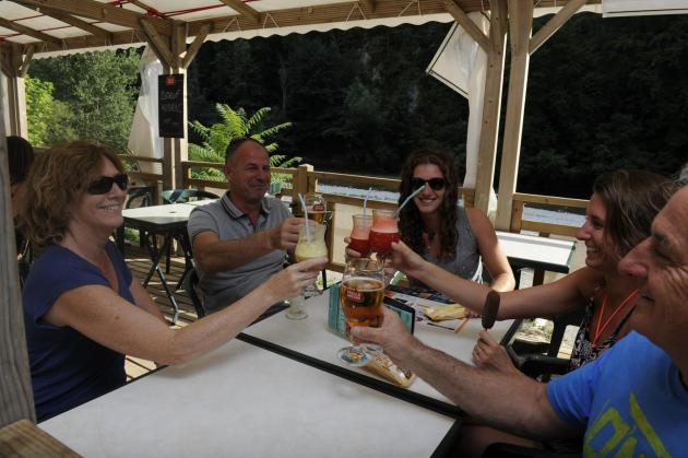 Snack-bar-au-bord-de-l-eau-camping-la-blaquiere-gorges-du-tarn